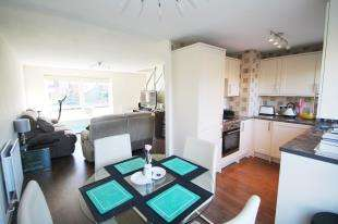 2 Bedrooms Maisonette Flat for sale in Basinghall Gardens, Sutton, Surrey, Greater London