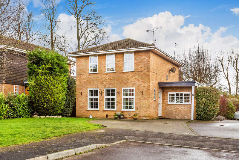 4 Bedrooms Detached House for sale in Bromford Close, Oxted, RH8