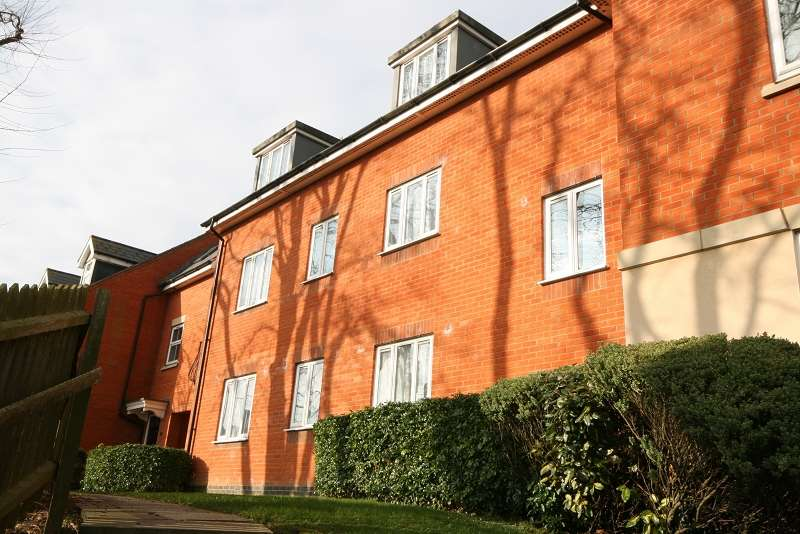 2 Bedrooms Ground Flat for sale in Rectory Gardens, Irthlingborough, Wellingborough, Northamptonshire. NN9 5LA