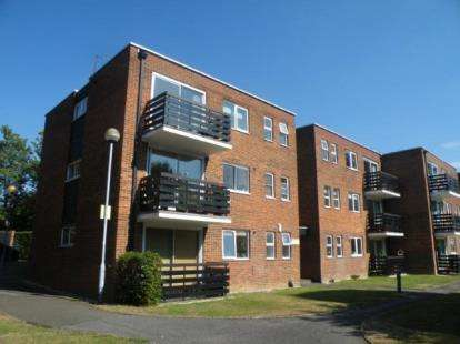 2 Bedrooms Flat for sale in Sunset Avenue, Woodford Green, Essex