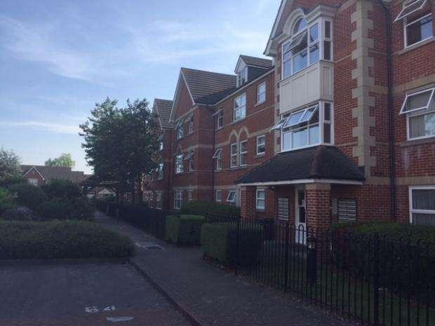 2 Bedrooms Flat for sale in 75 Cobham Close, Enfield, EN1