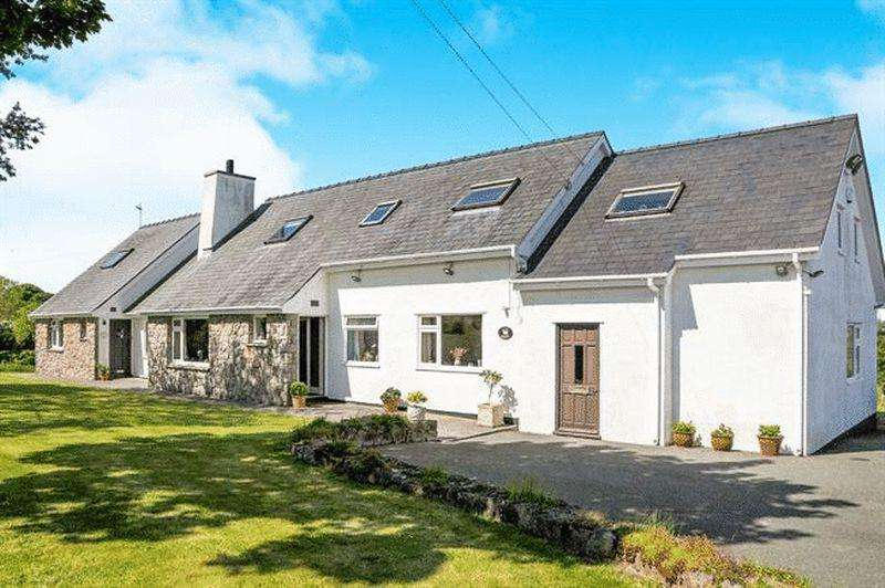 6 Bedrooms Detached House for sale in Rhostrehwfa, Anglesey
