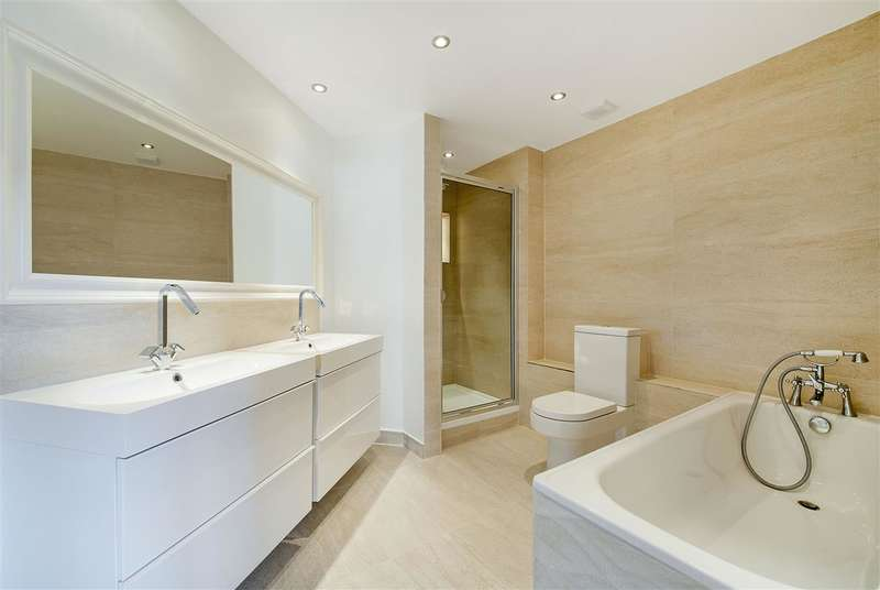 3 Bedrooms Apartment Flat for sale in Sailmakers Court, William Morris Way, Fulham