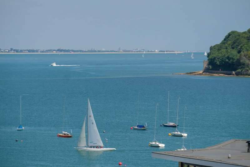 3 Bedrooms Flat for sale in Cowes, Isle Of Wight