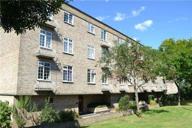 2 Bedrooms Flat for sale in Tansley Court,Woodcote Road, WALLINGTON, SM6 0PQ