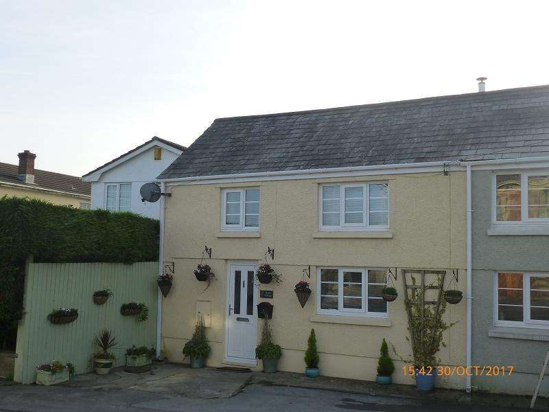 2 Bedrooms Semi Detached House for sale in Waterloo Road, Capel Hendre, Ammanford, Carmarthenshire.