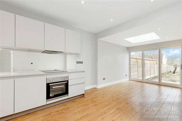3 Bedrooms Flat for sale in Robson Avenue, Willesden, London