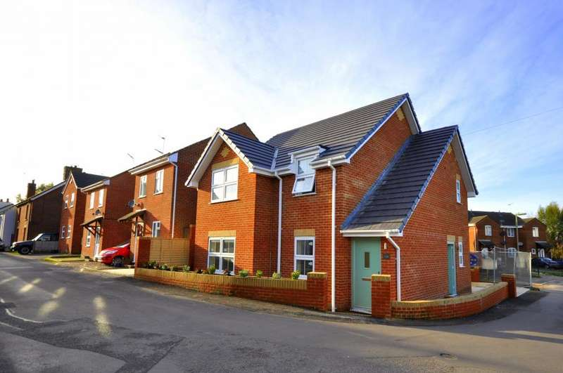 2 Bedrooms Flat for sale in New Street, Ringwood, BH24 3AD