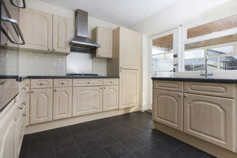 2 Bedrooms Detached Bungalow for rent in King George Avenue, Churwell