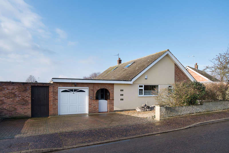 4 Bedrooms Detached Bungalow for sale in Hillside Close, Ormesby St Margaret