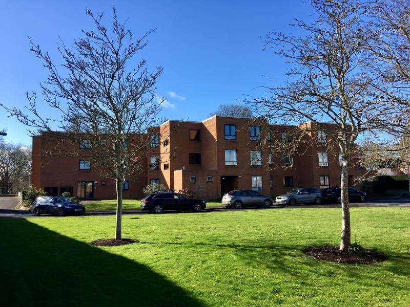 3 Bedrooms Flat for sale in Summerfield Court, French Weir Close, Taunton, Somerset, TA1 1XJ
