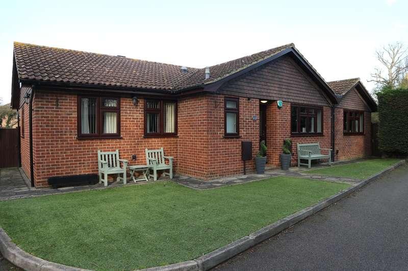 3 Bedrooms Detached Bungalow for sale in Oakwood Drive, Bexleyheath, Kent, DA7 6EG