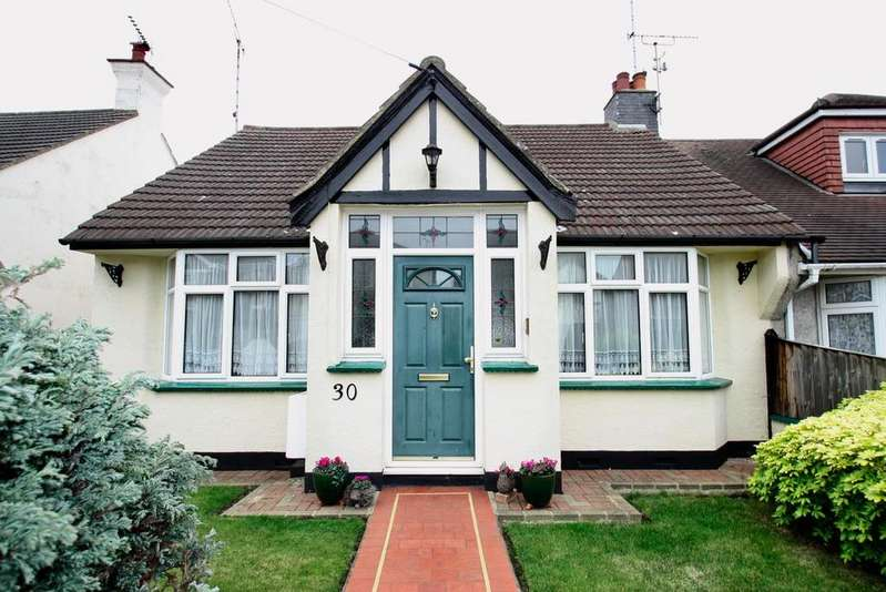 2 Bedrooms Semi Detached Bungalow for sale in St. Clements Drive, Leigh-On-Sea