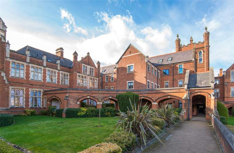 2 Bedrooms Flat for sale in Royal Connaught Drive, Bushey, WD23