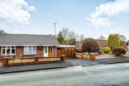 2 Bedrooms Bungalow for sale in Chaffinch Close, Hednesford, Staffordshire