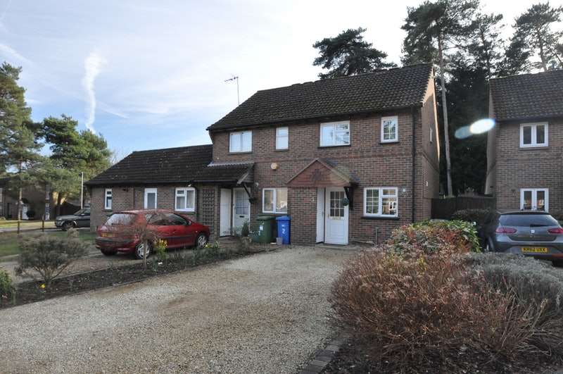 2 Bedrooms Semi Detached House for sale in Queens Pine, Bracknell, Berkshire, RG12