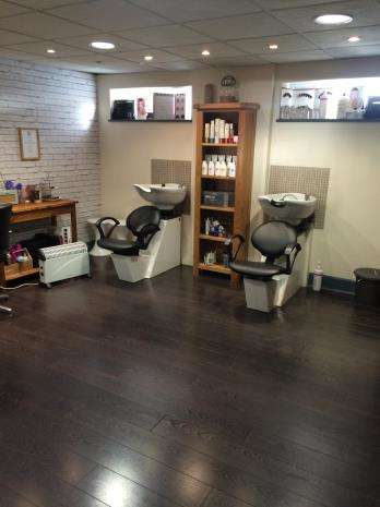 Hairdresser / Barber Shop Commercial for rent in East Service Road, Raynesway