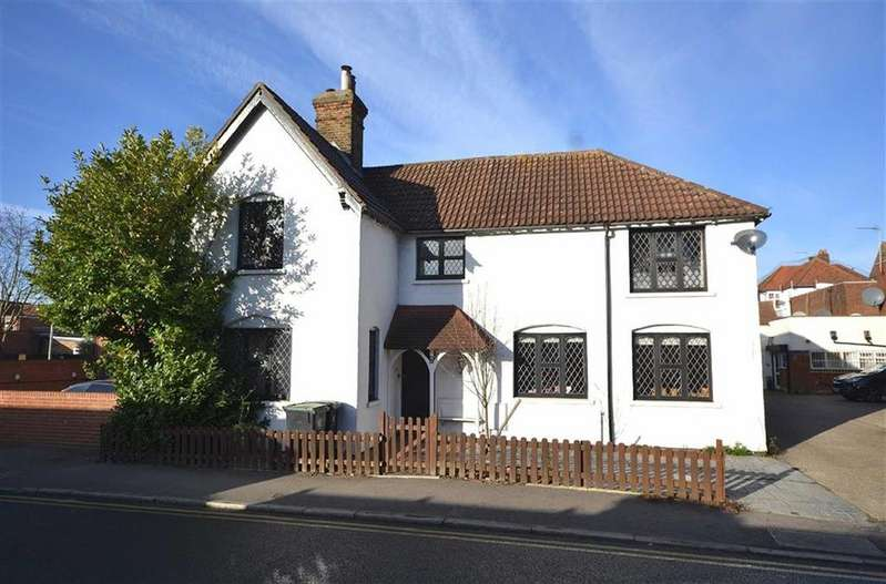 4 Bedrooms Detached House for sale in Hemnall Street, Epping, Essex, CM16