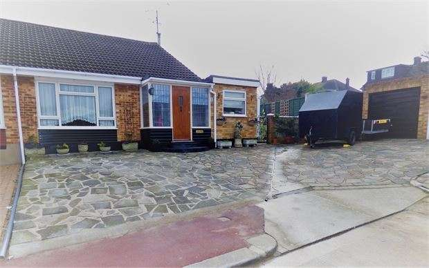 2 Bedrooms Semi Detached Bungalow for sale in Hickling Close, Leigh on sea, Leigh on sea, SS9 4SX