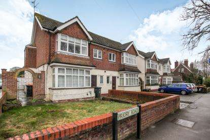 2 Bedrooms Maisonette Flat for sale in The Cloisters, Priory Road, Dunstable, Bedfordshire