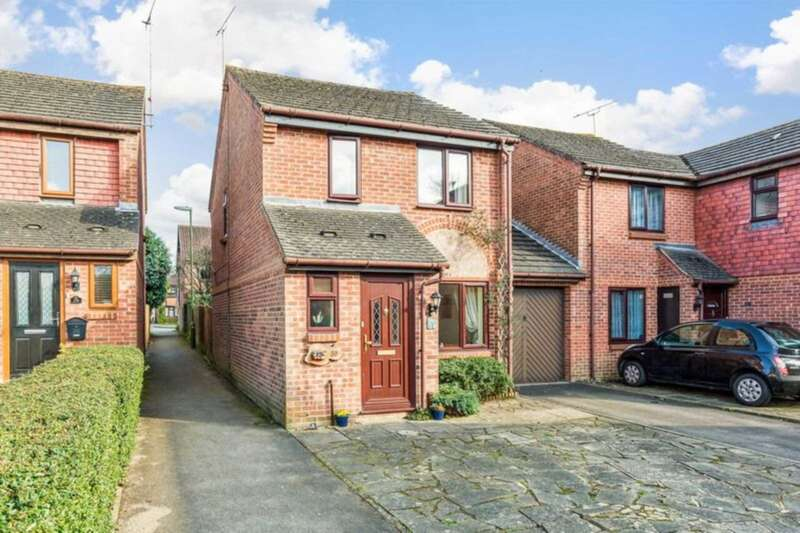 3 Bedrooms Link Detached House for sale in Dover Close, Southwater