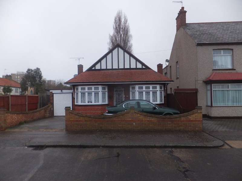 3 Bedrooms Detached Bungalow for sale in Rylands Road, Southend on Sea SS2