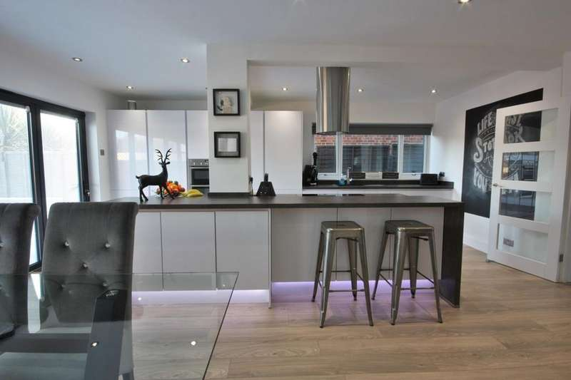 2 Bedrooms Semi Detached House for sale in Karen Close, Brentwood, CM15