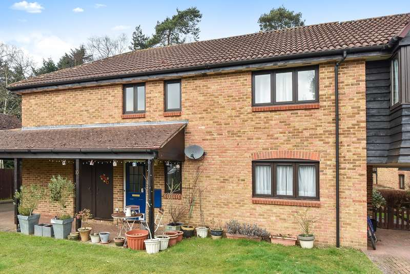 2 Bedrooms Maisonette Flat for sale in Wentworth Close, Crowthorne, RG45