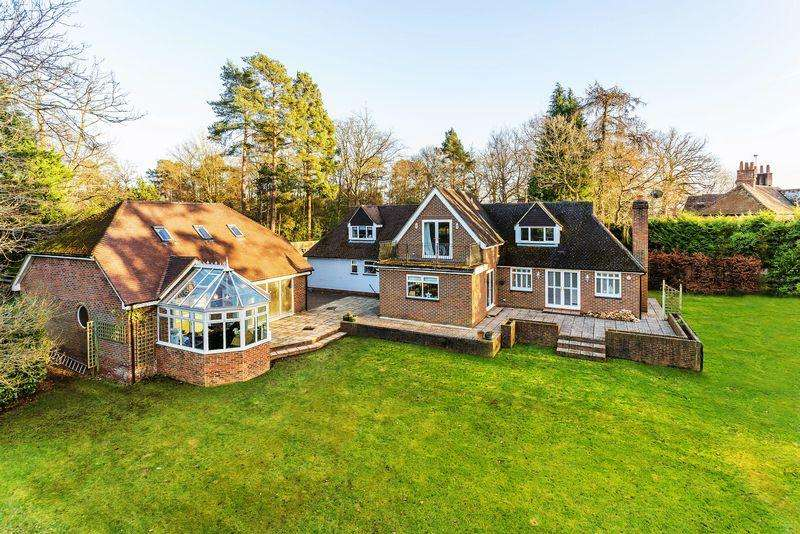 4 Bedrooms Detached House for sale in Lower Bourne, Farnham
