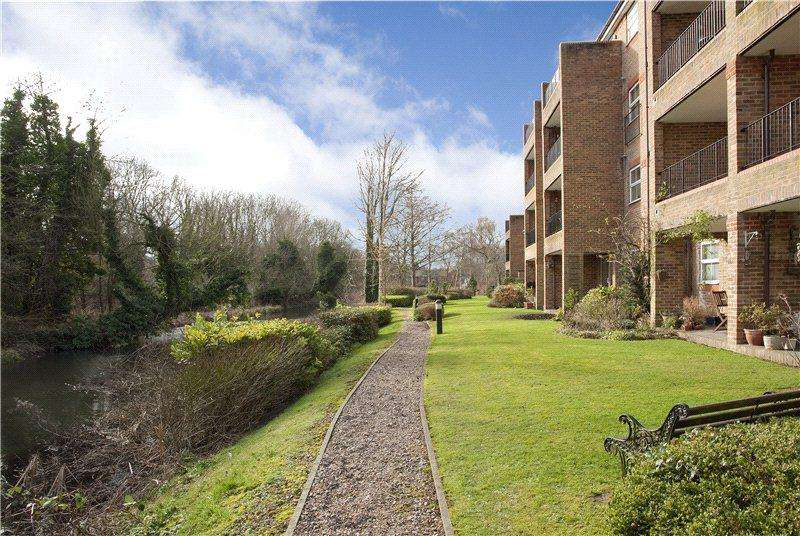 2 Bedrooms Flat for rent in Salters Close, Rickmansworth, Hertfordshire, WD3