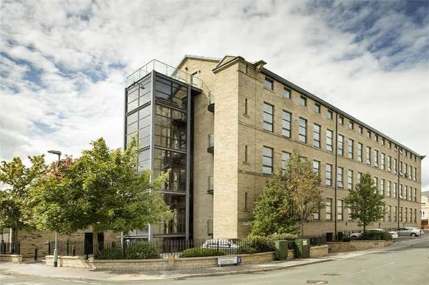 3 Bedrooms Flat for sale in Cavendish Court, Drighlington, Bradford, West Yorkshire