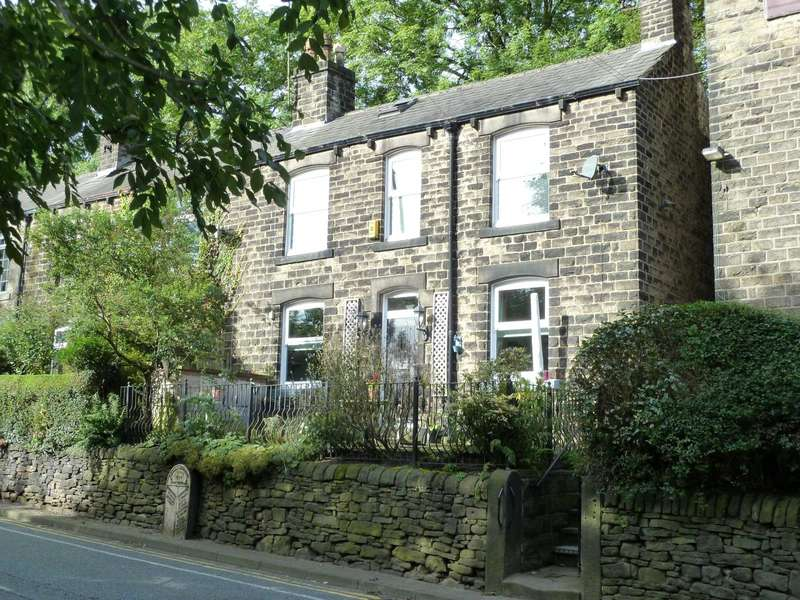 3 Bedrooms Terraced House for sale in Oldham Road, Uppermill, Saddleworth, OL3