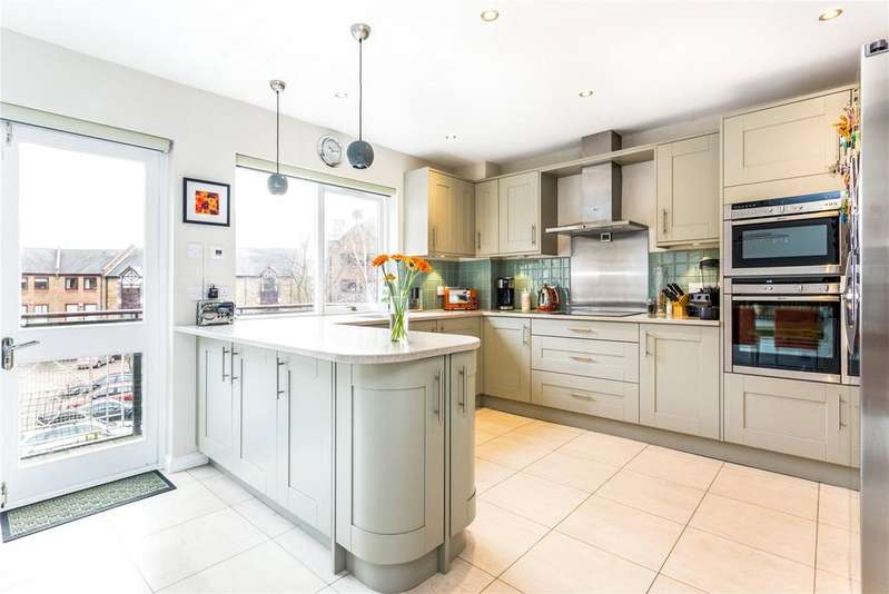 3 Bedrooms Flat for sale in Goodhart Place, Limehouse, London, E14