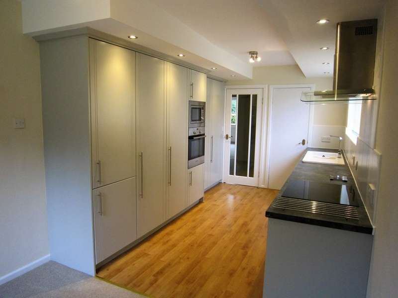 2 Bedrooms Apartment Flat for rent in Southway, Horsforth, Leeds LS18