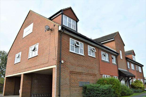 2 Bedrooms Apartment Flat for rent in St James Court, Woodfield Close, Ashtead, KT21