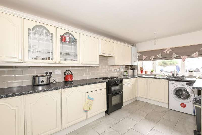 3 Bedrooms House for sale in Falcon Drive, Staines-Upon-Thames, TW19