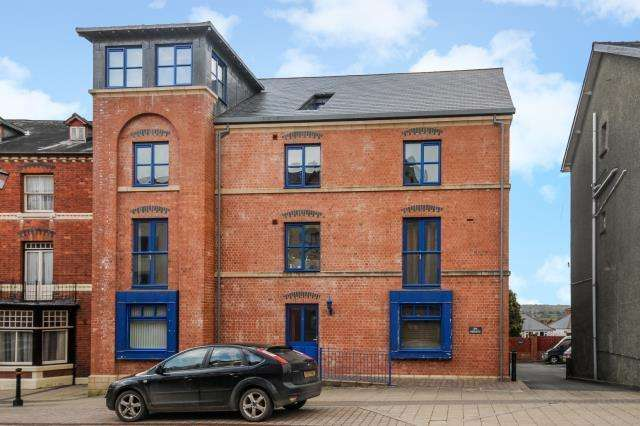 2 Bedrooms Flat for sale in Spa Heights, High Street, Llandrindod Wells, LD1