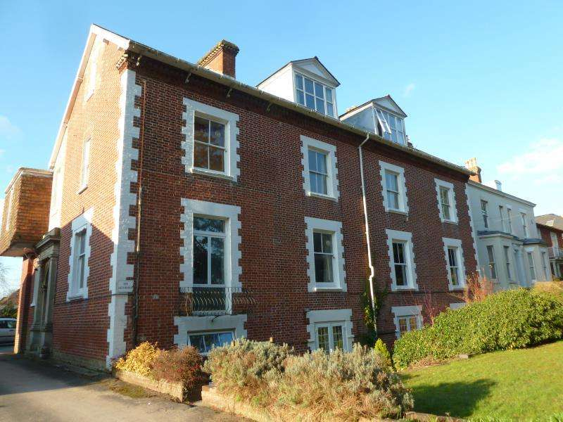 2 Bedrooms Flat for rent in Salisbury