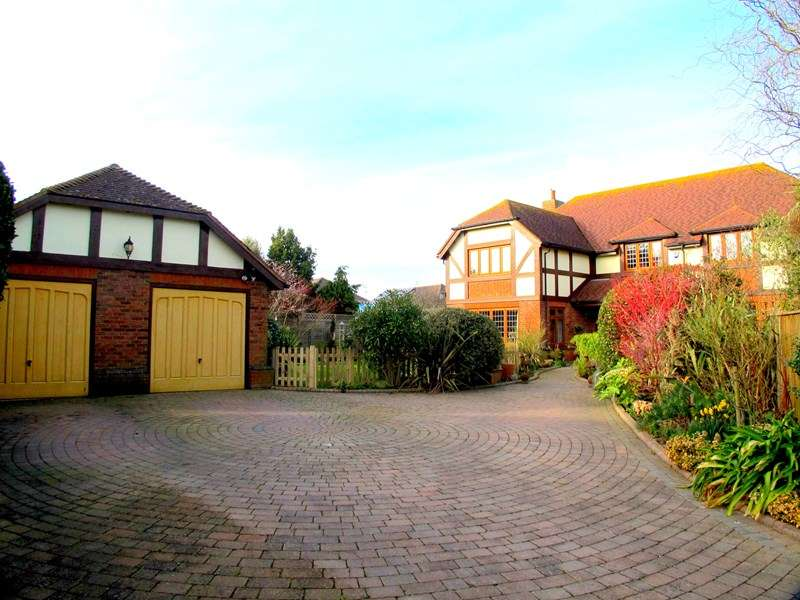 4 Bedrooms Detached House for sale in Russell Close, Lee-On-The-Solent