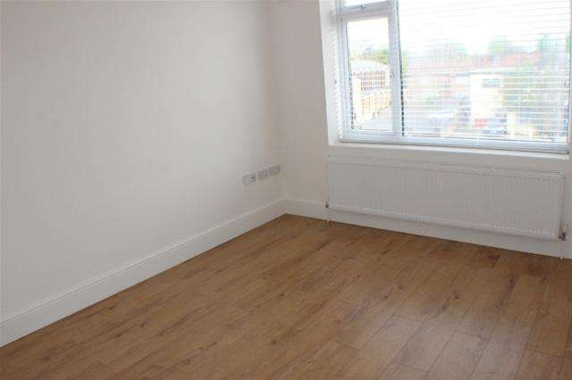 2 Bedrooms Flat for sale in Kingsmead Drive, Northolt
