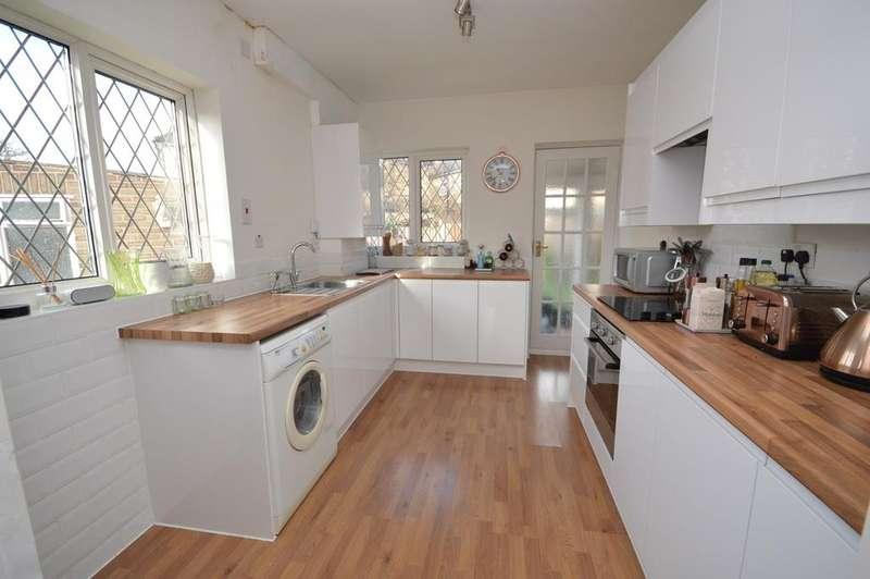 3 Bedrooms Semi Detached House for sale in Farnes Drive, Gidea Park, Essex, RM2