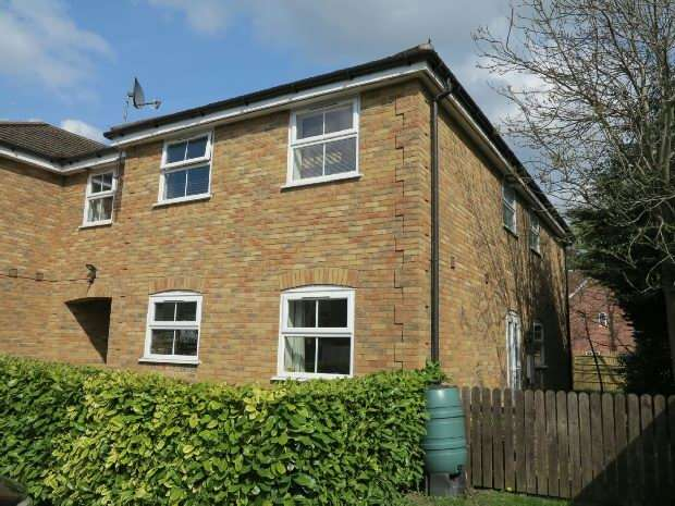 2 Bedrooms Terraced House for rent in Ladbroke Close, Woodley, RG5 4DX