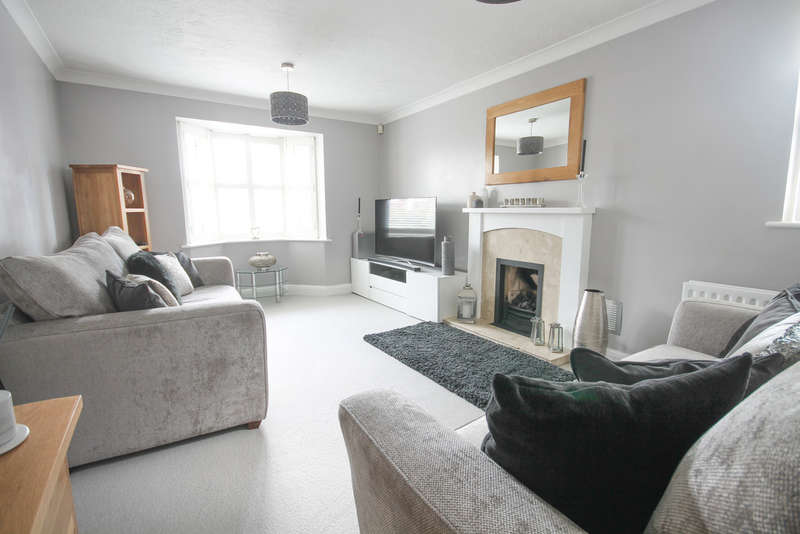 4 Bedrooms Semi Detached House for sale in Bluebell Close, East Grinstead