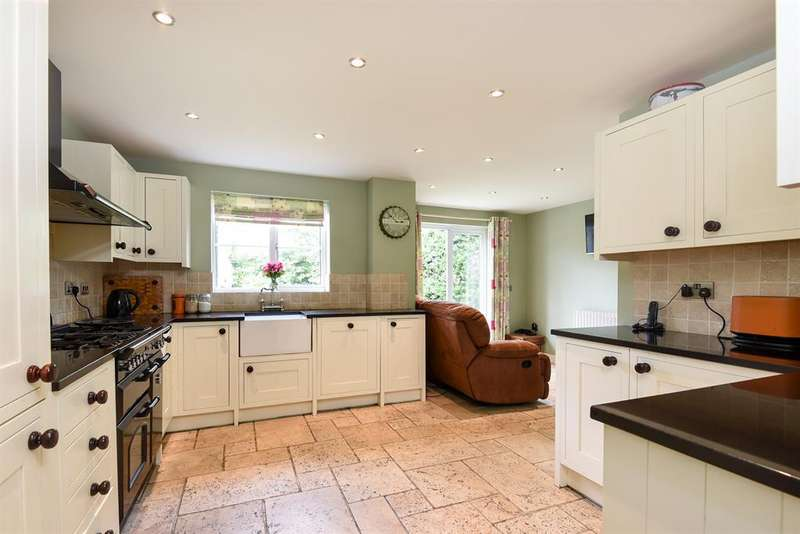 4 Bedrooms Detached House for sale in Laburnum Close, Carterton, OX18 1JT
