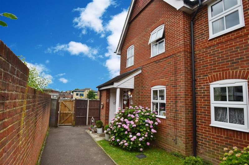 3 Bedrooms Terraced House for sale in Regents Mews, Horley