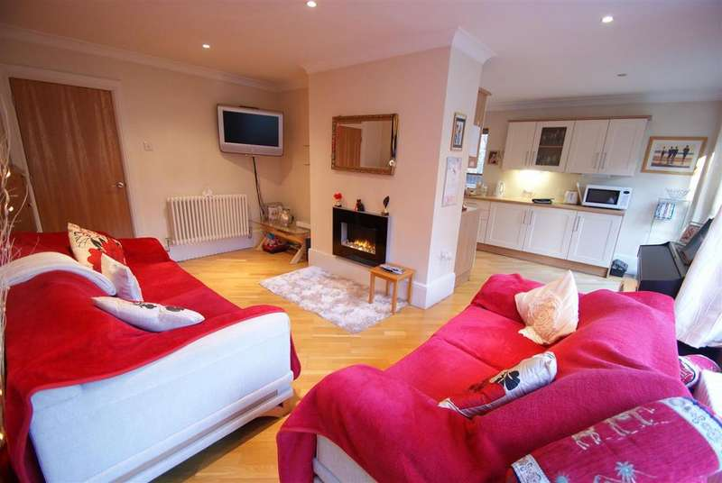 3 Bedrooms Detached House for sale in Station Road, Rayleigh