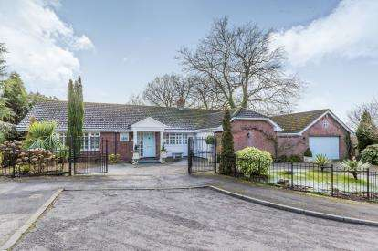2 Bedrooms Bungalow for sale in Brampton Gardens, May Bank, Newcastle Under Lyme, Staffordshire