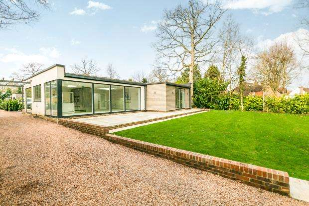 3 Bedrooms Bungalow for sale in The Drive, Ifold, Billingshurst