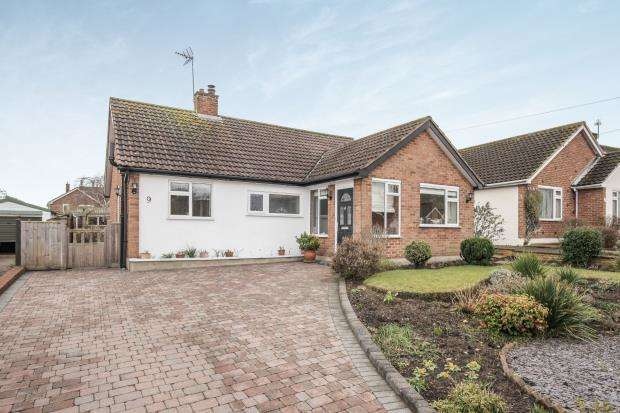 3 Bedrooms Bungalow for sale in Pyrford, Surrey