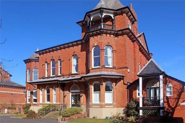 2 Bedrooms Flat for sale in 39 Park Crescent, Southport, Merseyside